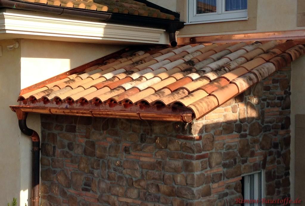 Nahaufnahme eines romanischen Dachziegels in Halbschalenoptik