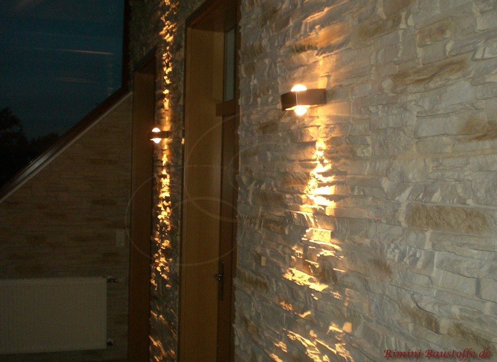 beleuchtete Flurwand in Natursteinoptik