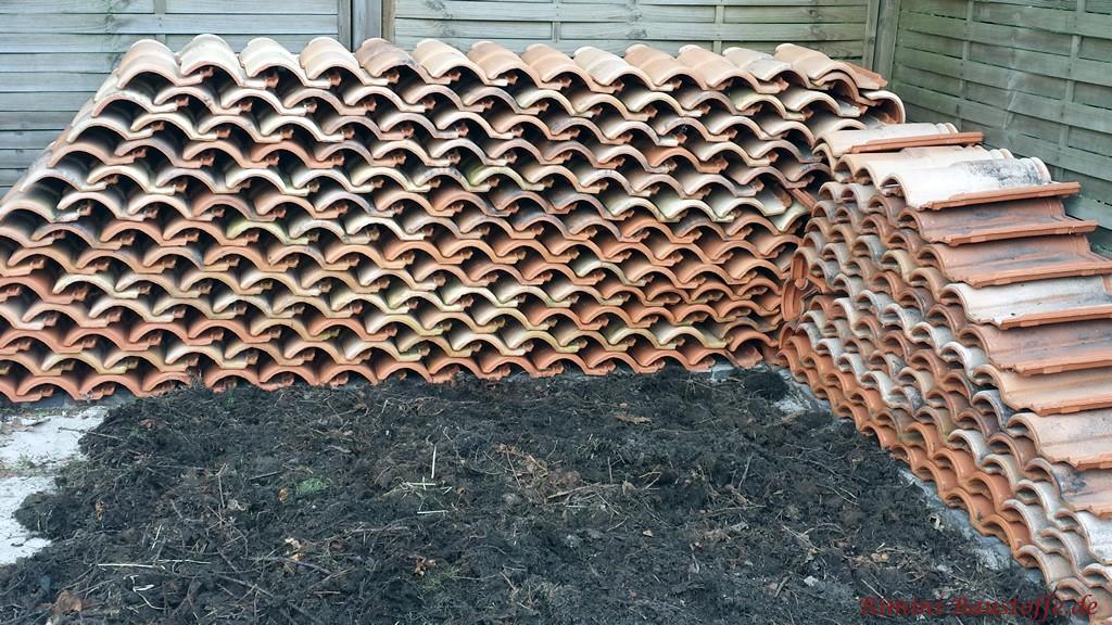 Dachziegel als Mauer zur Bepflanzung angelegt