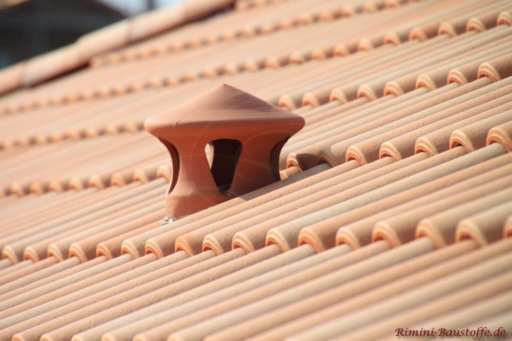 Nahaufnahme des Sanitärlüfters auf einem Dach