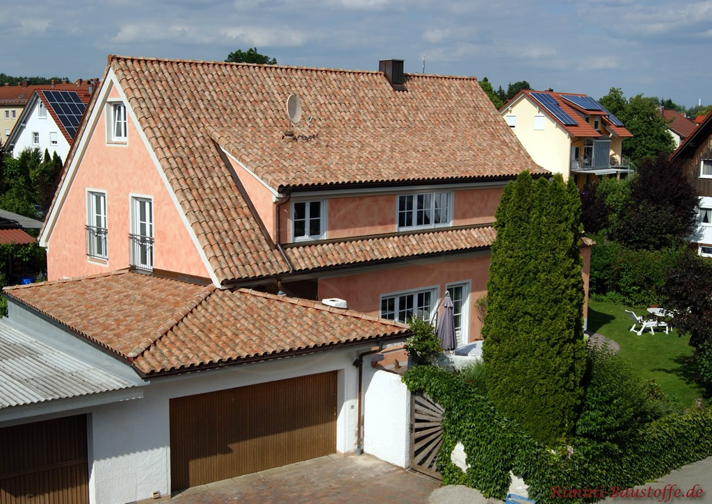 Satteldachhaus mit großer länglicher Gaube im schlichten mediterranen Stil