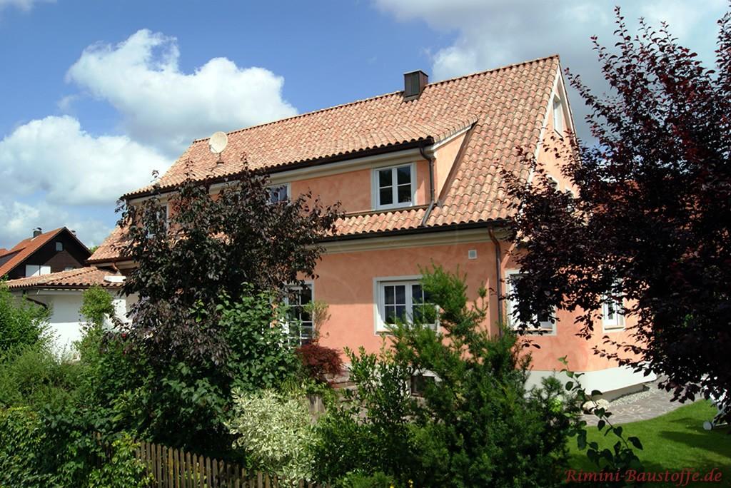 Einfamilienhaus mit Satteldach in schönen warmen Farben gestaltet