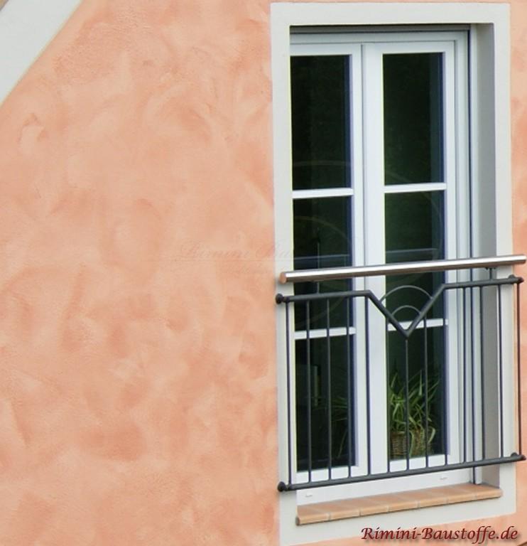 schoene helle Fensterbaenke passendzur farbigen Putzfassade