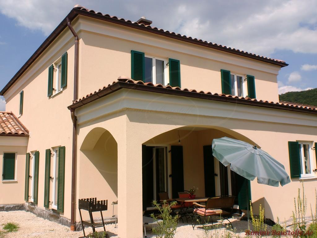 Einfamilienhaus im Stil einer toskanischen Villa mit vielen südländischen Details