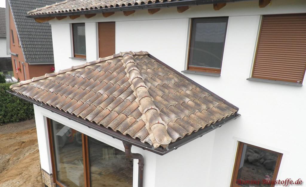 Romanischer Dachziegel in alter Optik auf dem Dach und auf dem Erker