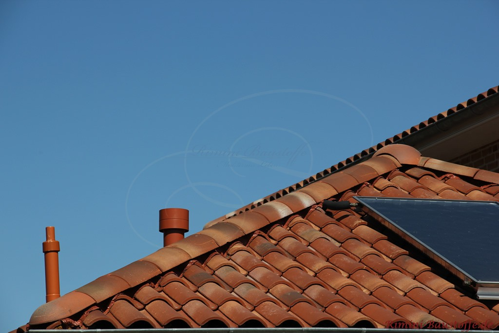 Nahaufnahme eines Solaranschlusses auf einem mediterranen Dach