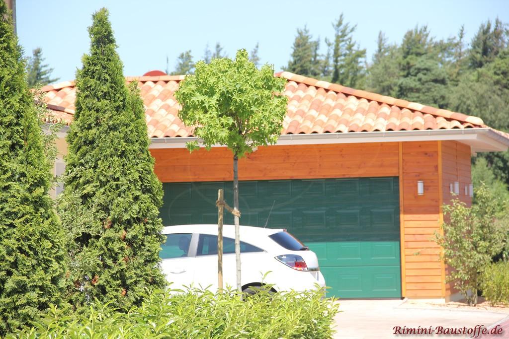 Doppelgarage mit Holzfassade und passendem Dach