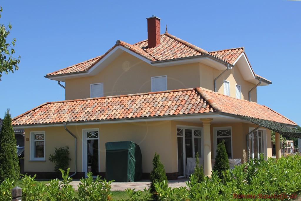 mediterrane Villa mit überdachter Terrasse