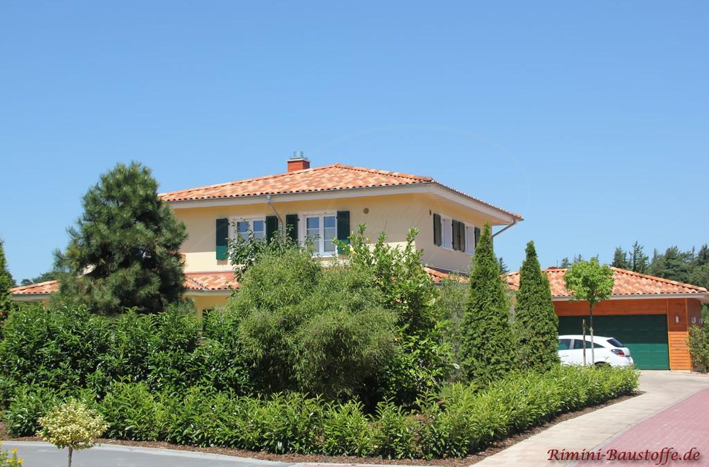 schönes Einfamilienhaus im südländischen Stil mit mediterranen Details