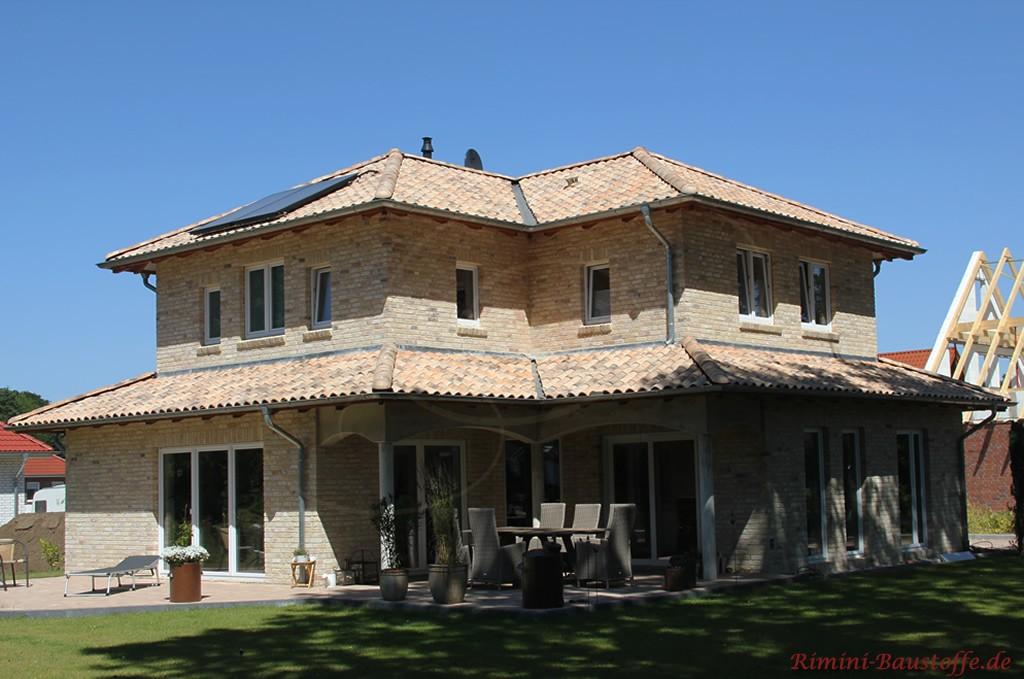 Wohnhaus mit heller Klinkerfassade und schönem hellen Dachziegel