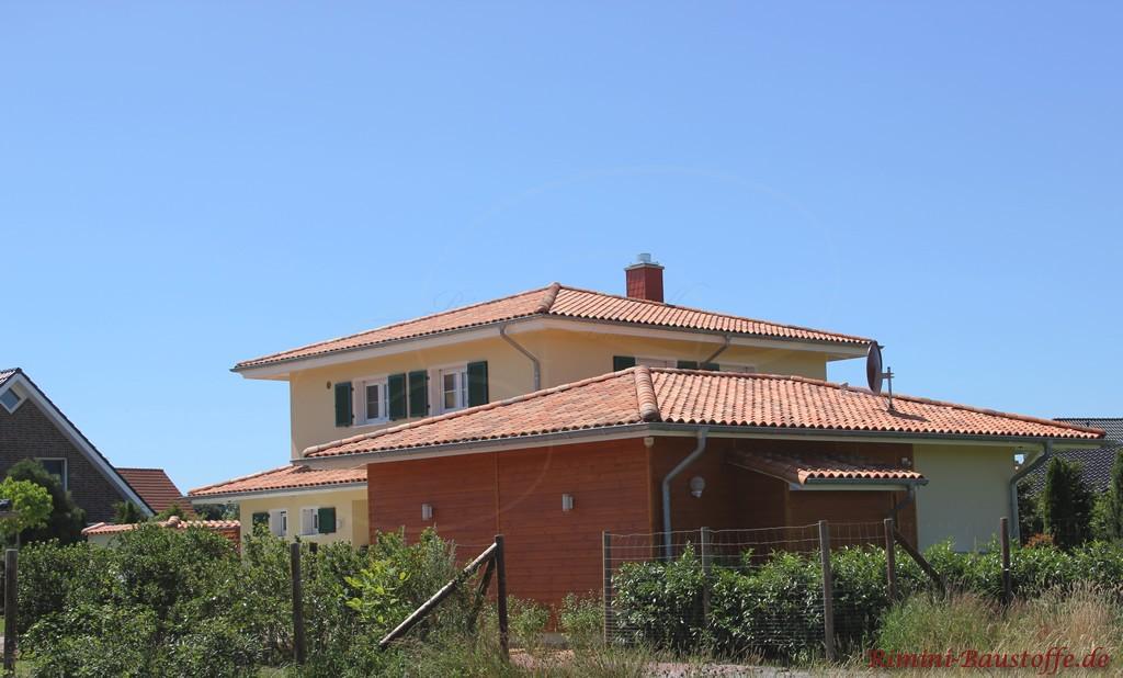 schönes großes Wohnhaus im südländischen Stil mit Fensterläden