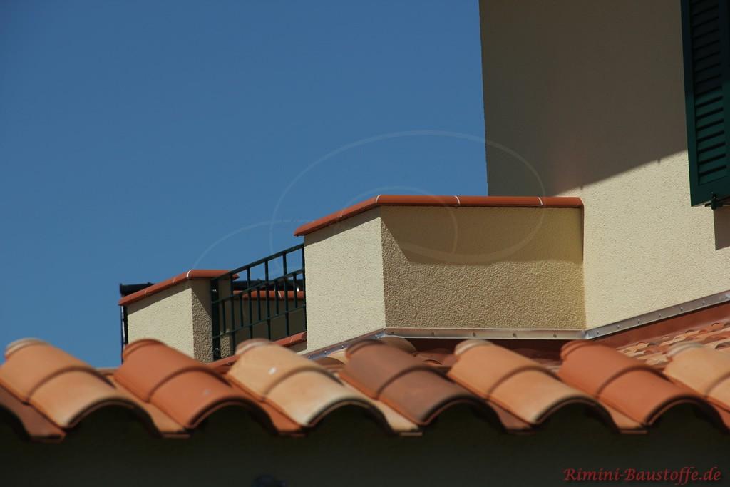 Pfeilerabdeckungen auf einem Balkon aus Tonelementen