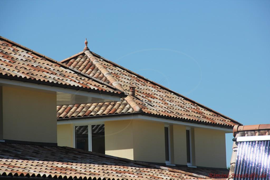 mediterrane Villa mit Dach in schöner alter Optik passend zum Stil des Hauses