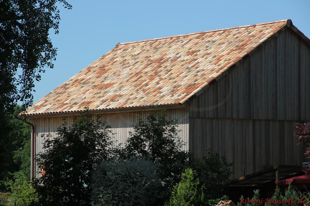 alte Scheune mit Holzverkleidung und sehr schöner passender Dachfarbe