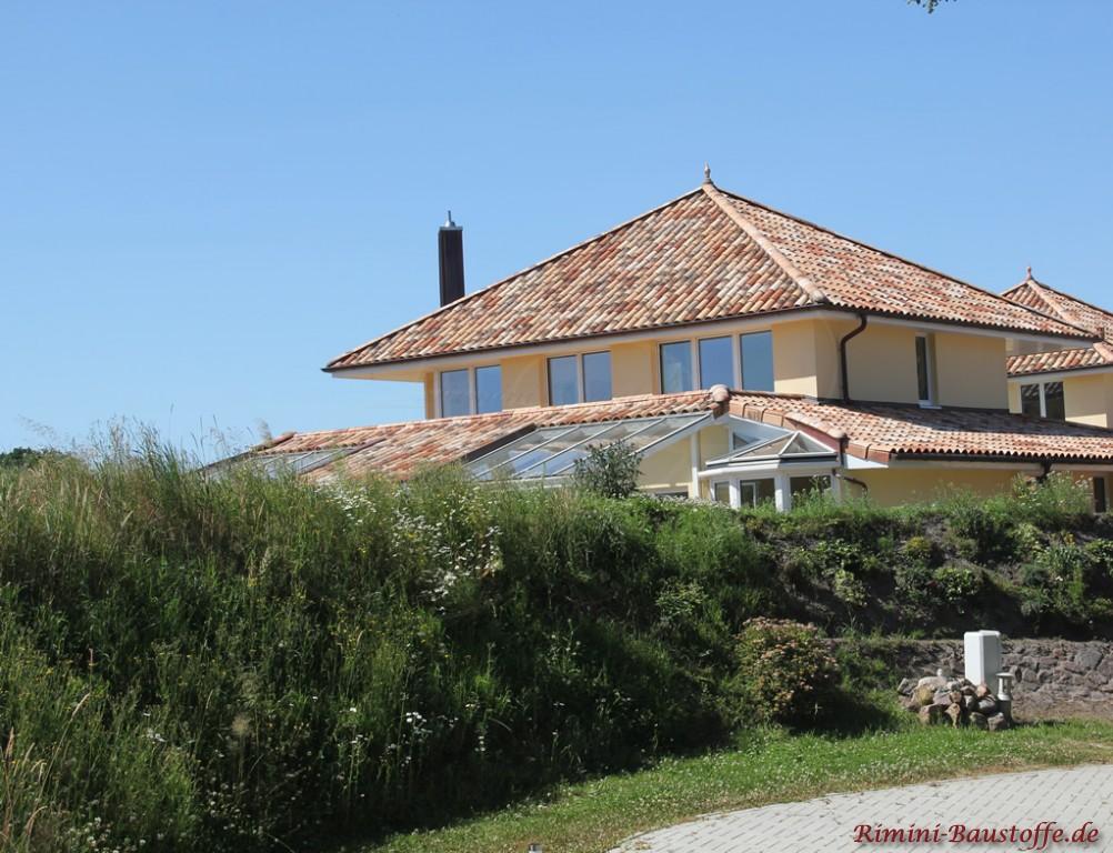 große Villa mit zwei Zeltdächern und großen Fenstern