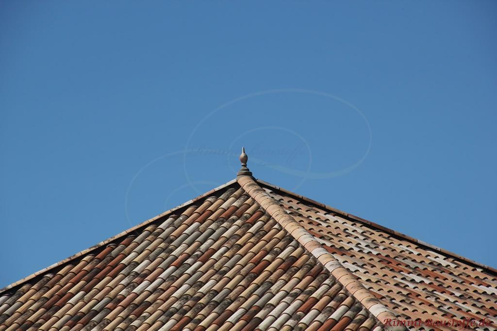 Nahaufnahme des Dachziegels in alter Herbstlaubfarbe mit Handstrichoptik