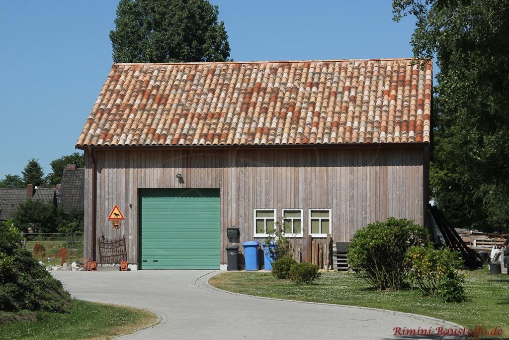 Holzscheune mit grünem Tor und schöner alter Dachpfanne