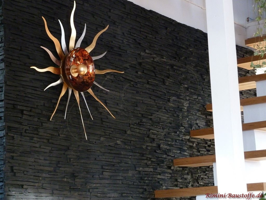 Treppenaufgang in schöner dunkler Natursteinoptik