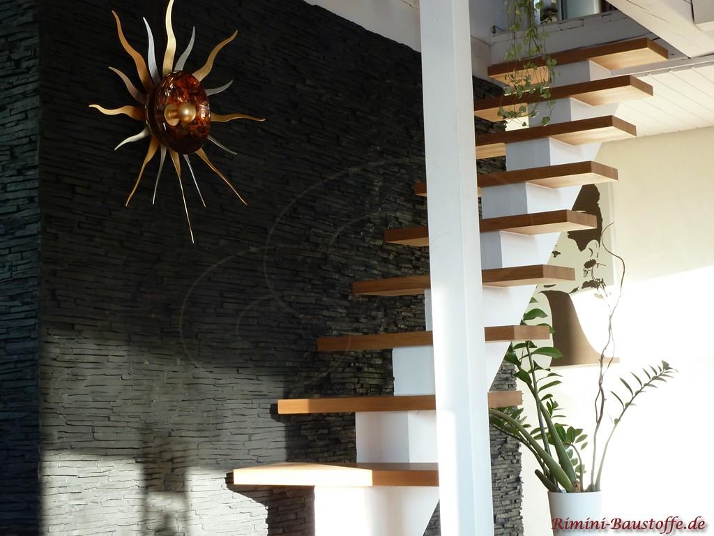 Treppenaufgang gestaltet in anthrazitfarbener Natursteinoptik