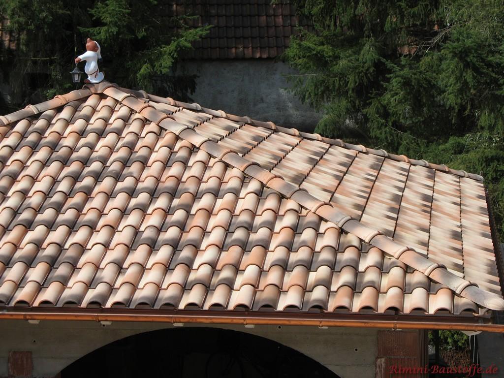Gartenhaus im mediterranen Stil mit romanischem Dachziegel gedeckt