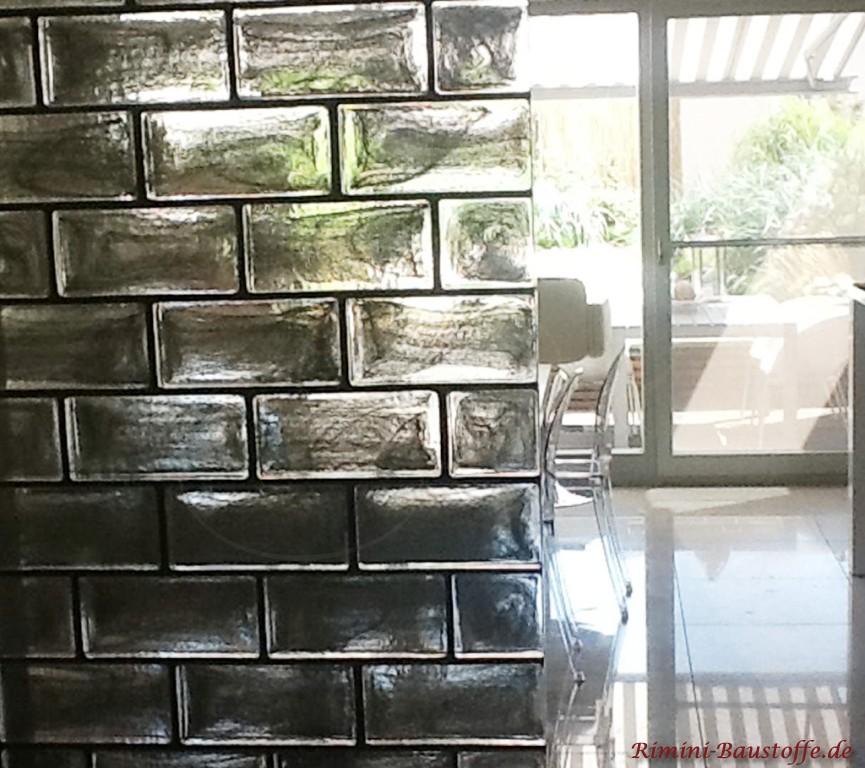 Nahaufnahme der silbernen Glasbausteine verarbeitet als Trennwand