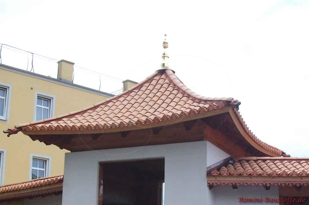 Zeltdach im Stil eines chinesichen Pavillons mit Halbschalen gedeckt