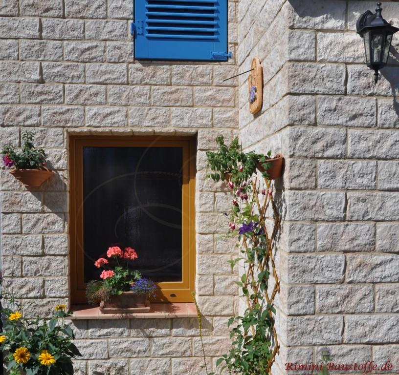 schoene Fensterbank passend zur mediterranen Fassade des Hauses