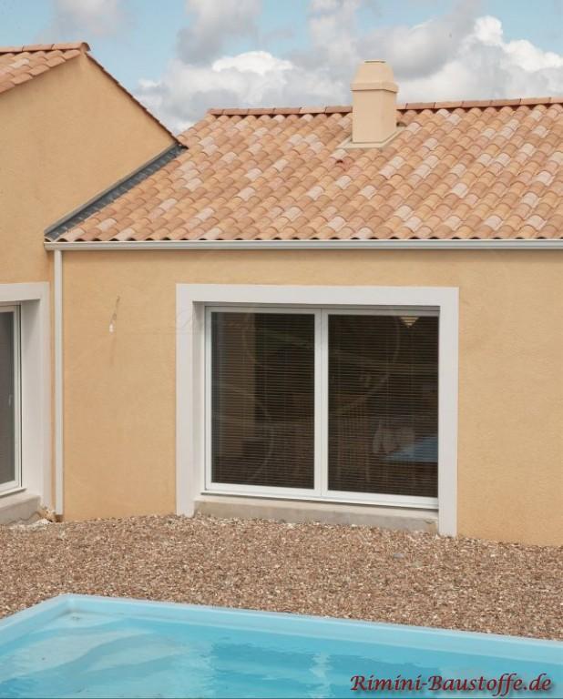 gelbliche Ziegel und beiger Fassade und weißen Fenstern