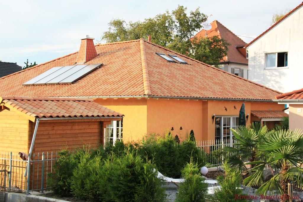 mediterranen Bungalow mit passend eingedecktem Gartenhaus
