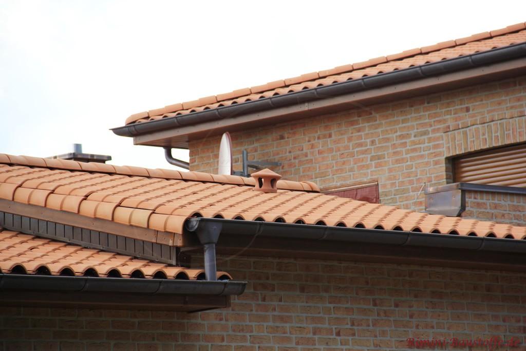 Rosefarbener Dachziegel zu einem beige - braunen Klinker