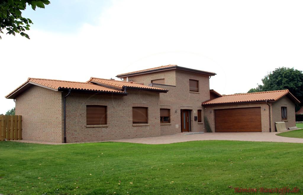 Einfamilienhaus in Brauntönen gehalten mit großer Doppelgarage