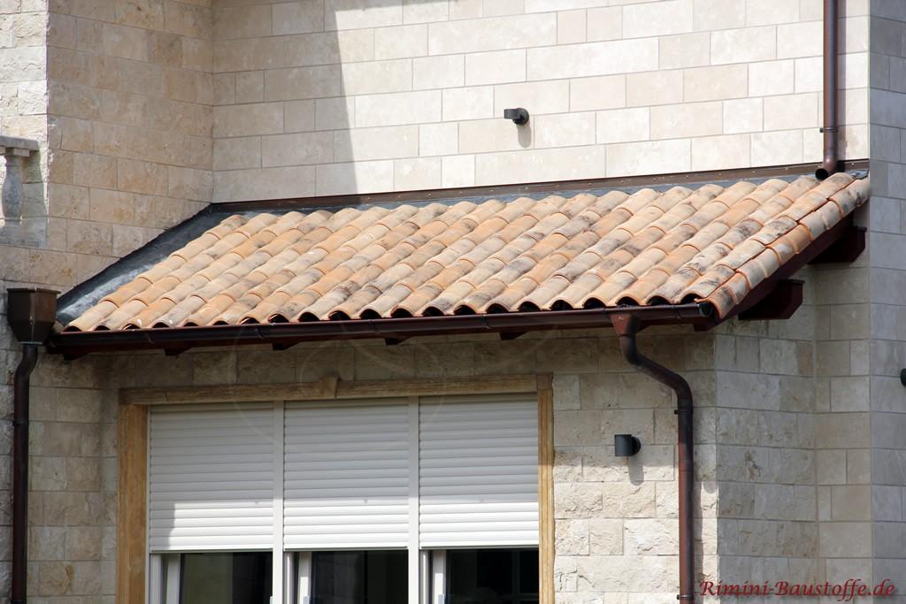 Nahaufnahme eines kleinen Vordaches passend zur hellen Fassade