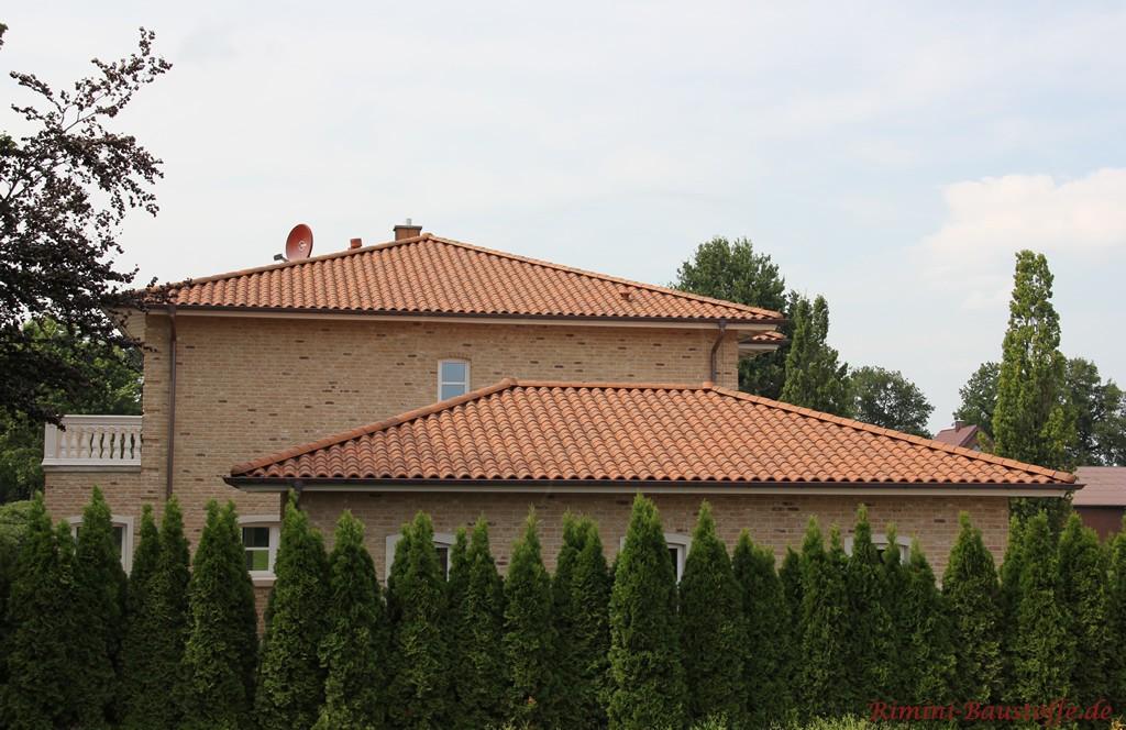 brauner romanischer Dachziegel zu einem hellbraunen Klinker mit dunklen Nuancen