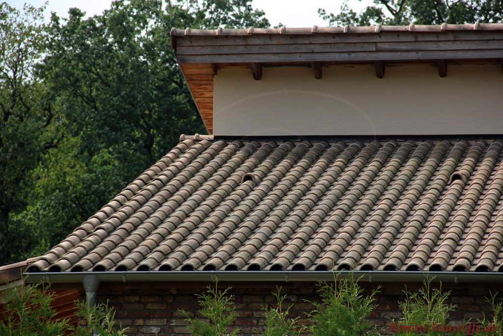 romanischer Dachziegel in schöner alter Optik auf einem Pultdach