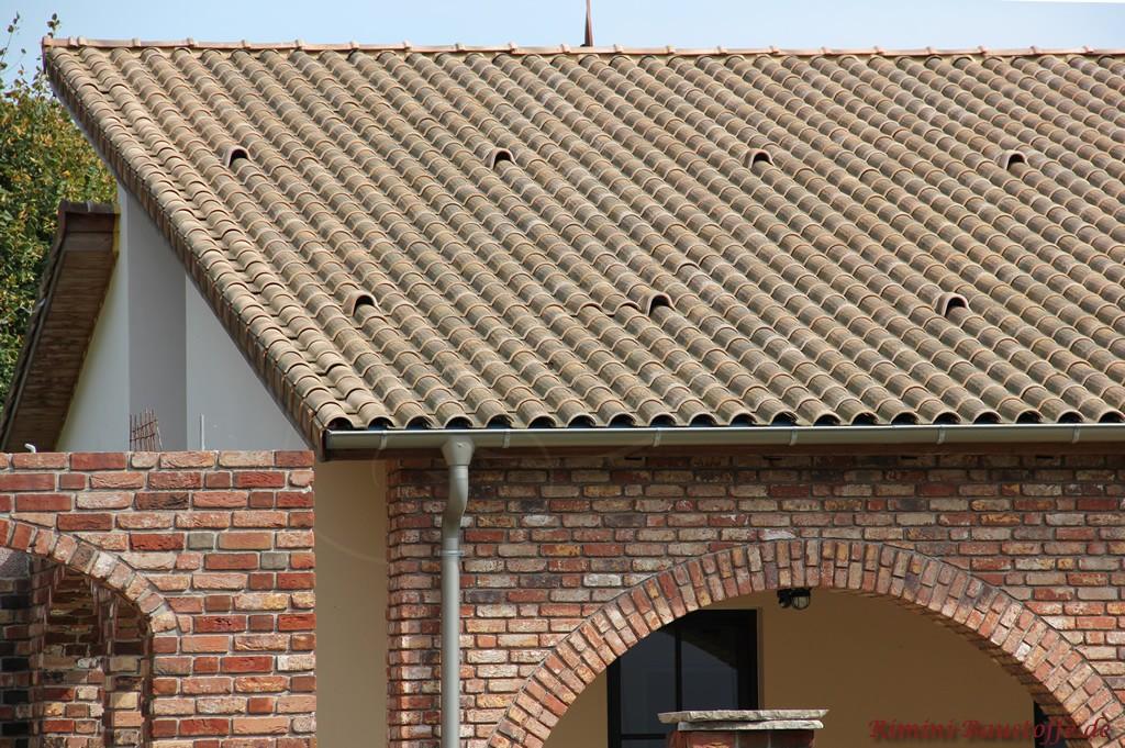 schönes rusitkales Mauerwerk mit Rundbögen und antiker Dachziegel