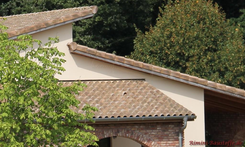 Nahaufnahme der Ortgangziegel des Ziegels Romana del Villaggio