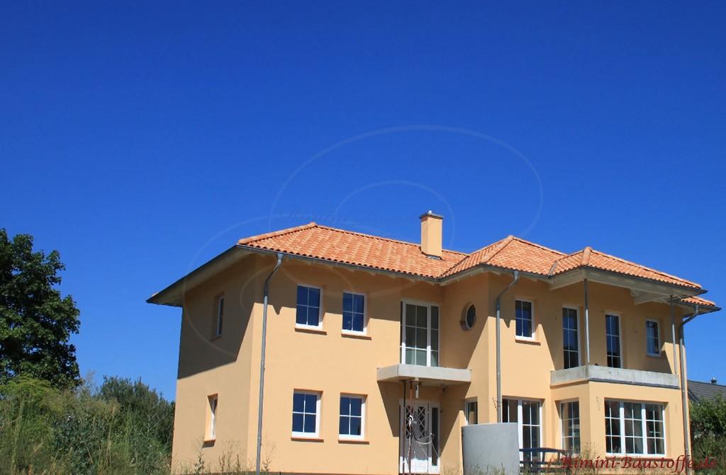 große südländische Villa mit zwei Balkonen und einem Walmdach