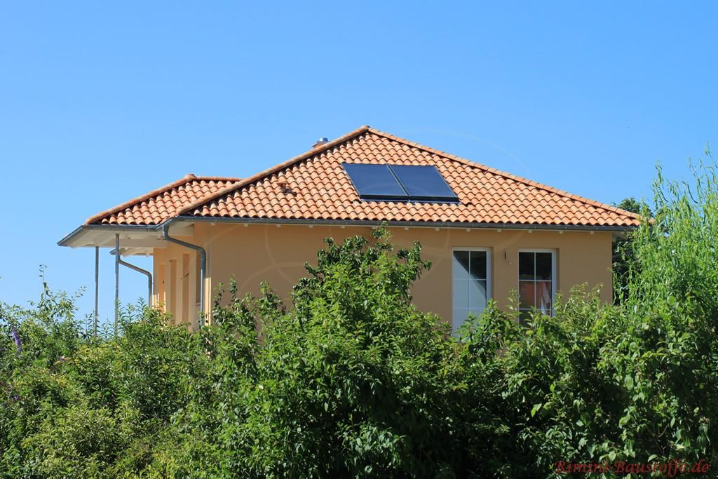 schöne hellrote Dachfläche mit Solaranlage