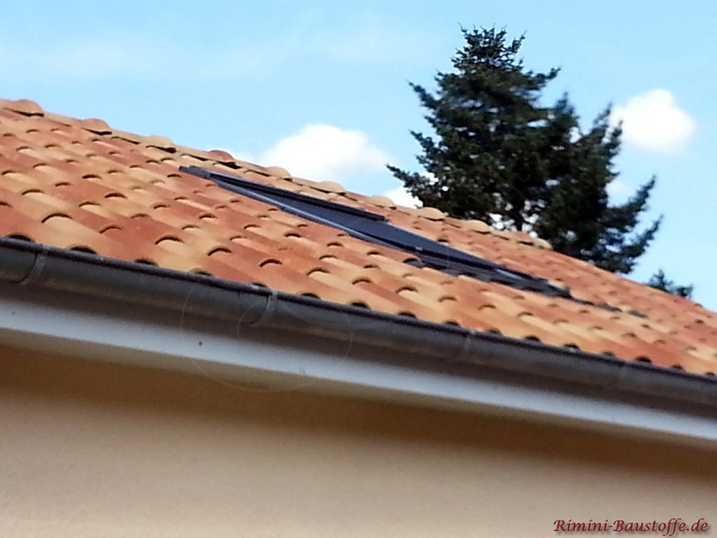 strohgelber Dachziegel mit eingelassenem Dachfenster