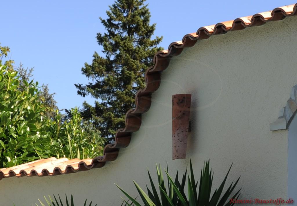 mediterrane Gartenmauer mit Halbschalenlampe