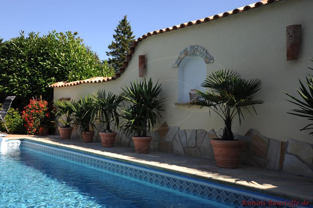 schöne mediterrane Gartenmauer an einem Pool
