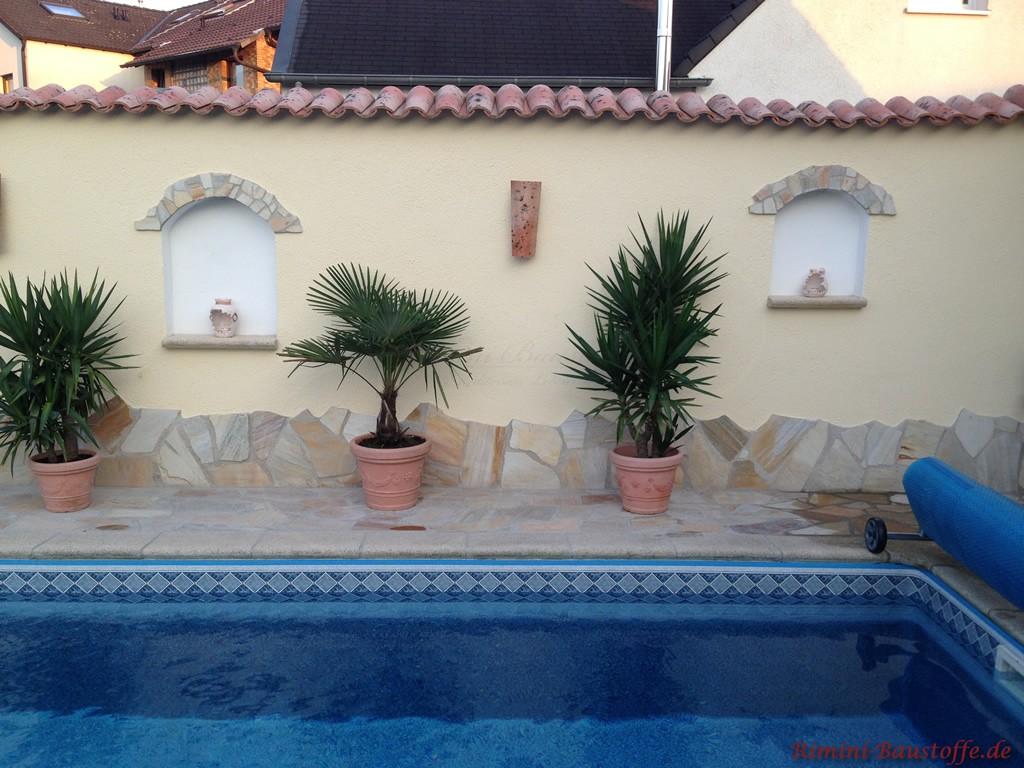 mediterrane Gartenmauer mit Natursteinsockel und Fenstern