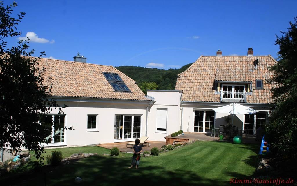 schönes Wohnhaus mit zwei Gebäudeteilen und bodentiefen Sprossenfenstern