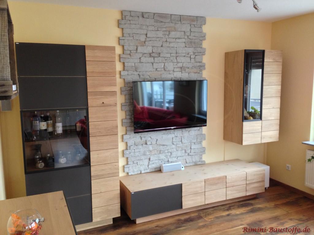 Schöner Hingucker im Wohnzimmer - Natursteinoptik hinter dem Fernseher