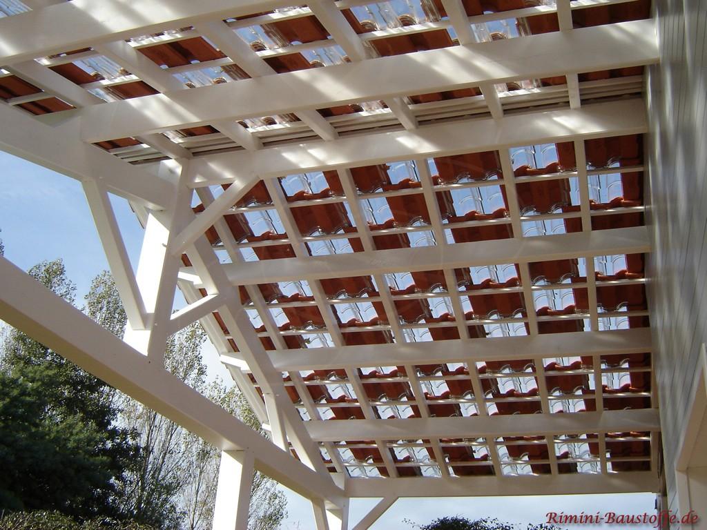 schöne Terrassenüberdachung mit Glasziegeln für naturliches Licht