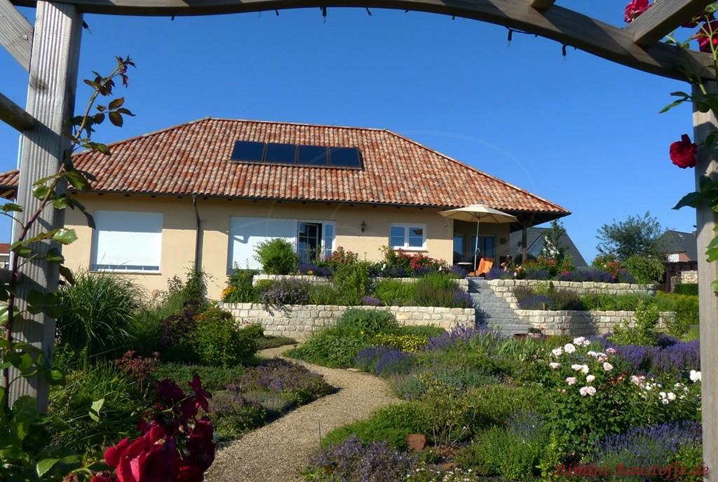 Wohnhaus im Bungalowstil mit schönem mediterranen Garten