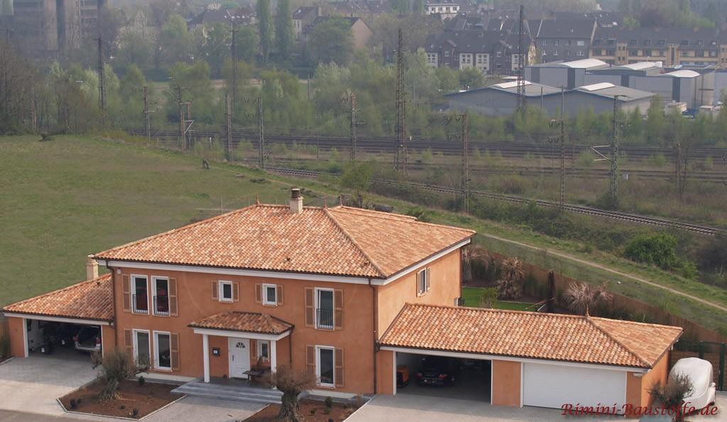 große toskanische Villa mit Walmdach und Fensterläden