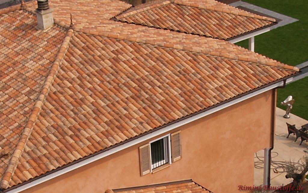 schöner romanischer Dachziegel in verschiedenen Rottönen