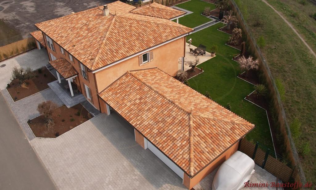 Vogelperspektive auf eine große mediterrane Villa mit kräftiger Putzfassade