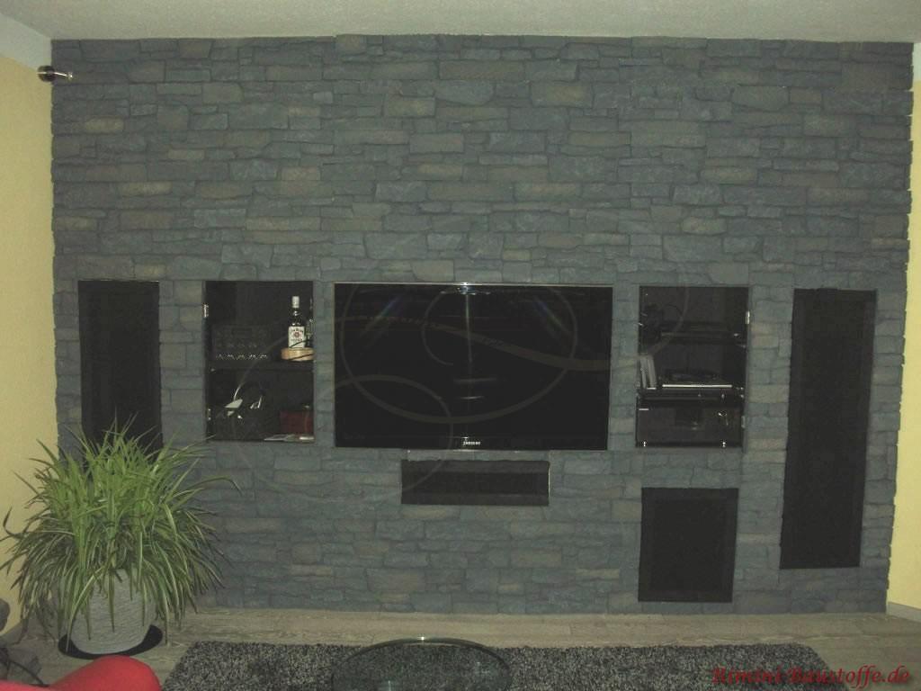 Wohnzimmerwand mit eingelassenen Elektonikelementen